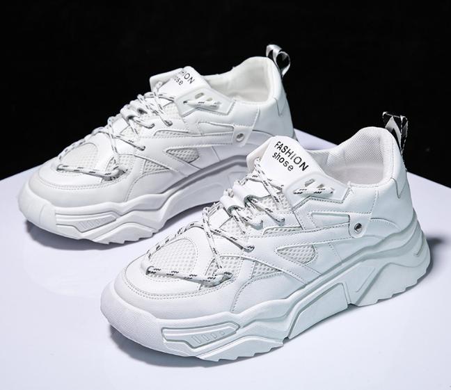 Latest lace up man's tennis shoes